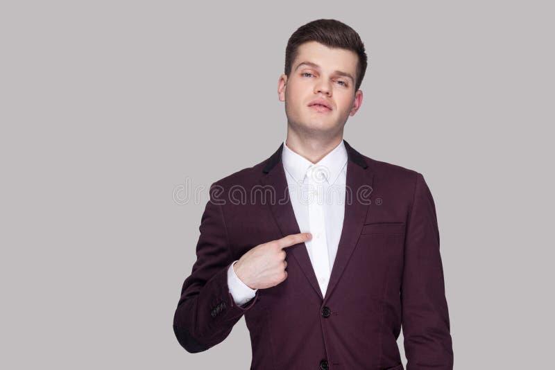 Ciò è me Ritratto di giovane uomo d'affari bello fiero in viola da gamba fotografie stock libere da diritti