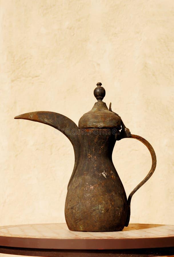 Ciò è un vaso arabo antico del tè di Beduin fotografie stock libere da diritti