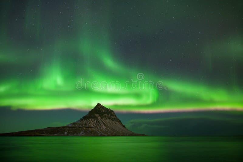 Ciò bella aurora boreale o aurora borealis in Islanda è stata presa a o intorno alla montagna di Kirkjufell vicino a Grundarfjord fotografia stock