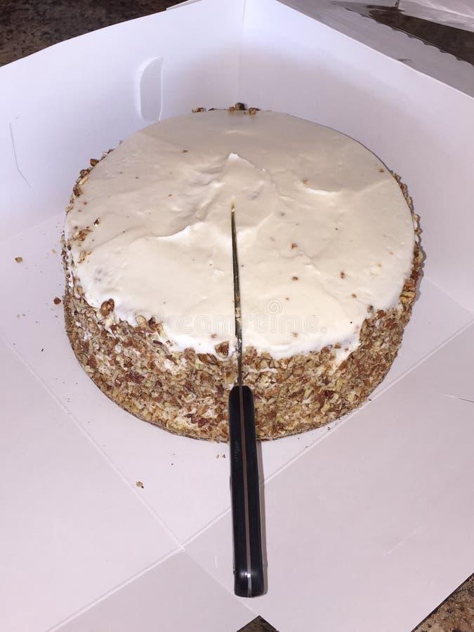 Ciąć w Marchwianego tort obrazy stock