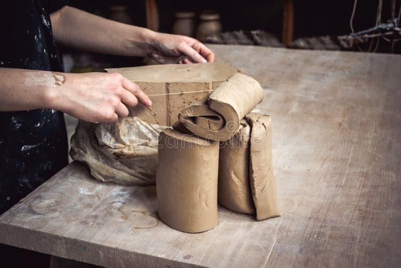 Ciąć warstwy gliniani kawałki dla sculpting w garncarki ` s warsztacie zdjęcia royalty free