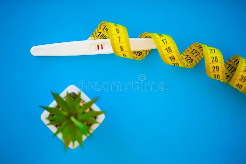 Ciążowy test rezultat jest pozytywny z dwa paskami Traktowanie nieurodzajność z pigułkami, pomoc w poczynać dziecka zdjęcie stock