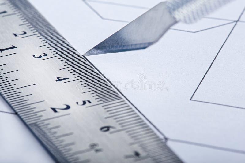 Ciący z nożem układ inżynieria rysunek na tle z władcami Architektura i projekt zdjęcia royalty free