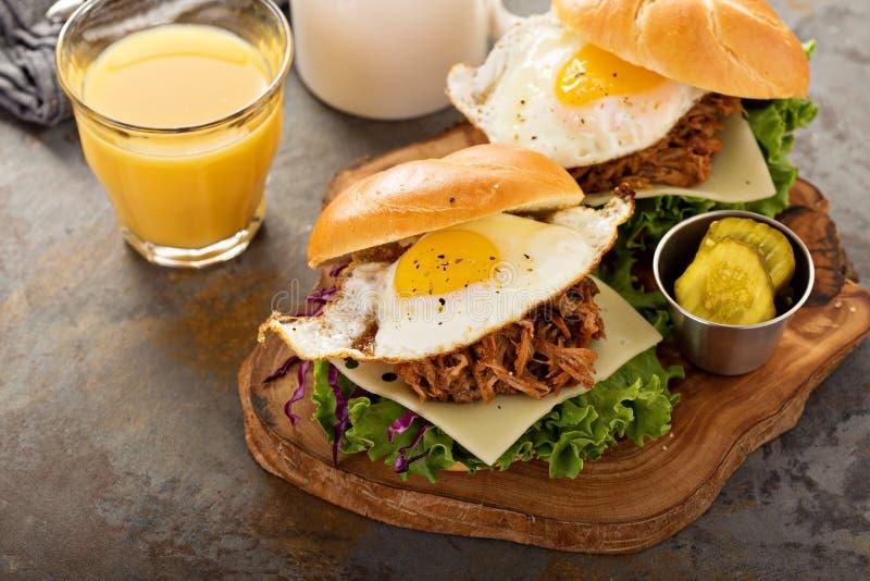 Ciągnąć wieprzowiny śniadania kanapki z smażącym jajkiem fotografia stock