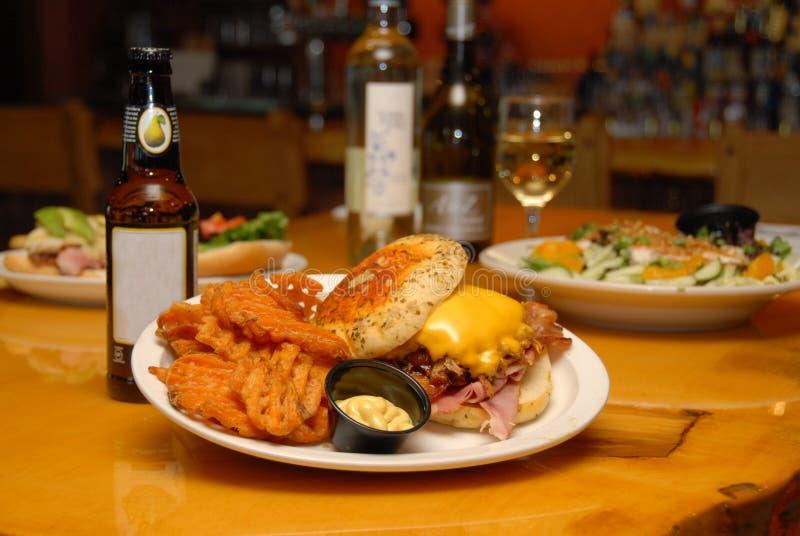 Ciągnąca wieprzowina z baleronu, sera grilla & pubu posiłkiem & fotografia stock