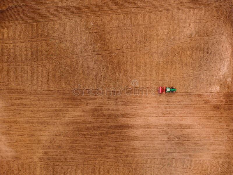 Ciągnik kultywuje pługu pole ziemia dla siać Poj?cia gospodarstwo rolne Odg?rnego widoku anteny fotografia zdjęcia royalty free