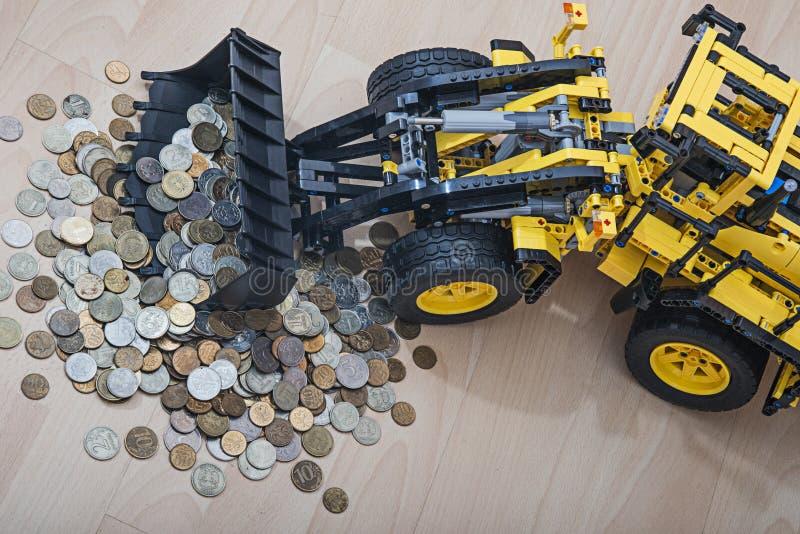 Ciągnik na kołach zbiera złomu pieniądze fotografia royalty free