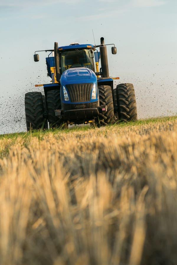 Ciągnik nawozi pole z nawozem Wielka przyczepa _ Agroindustry Słup przed siać z nieba obrazy stock