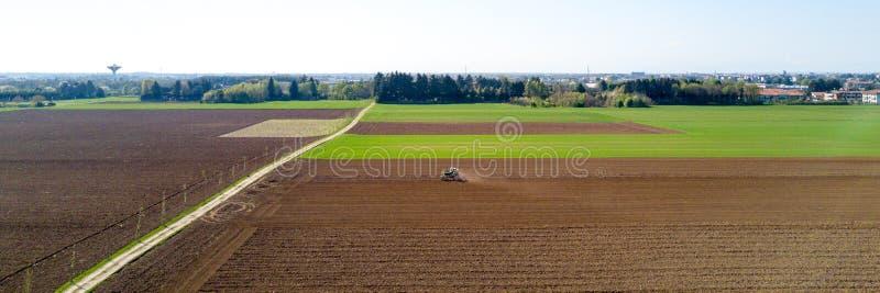 Ciągnik orze pola i Uprawia ziemię, widok z lotu ptaka, oranie, nasiewanie, żniwa rolnictwo, kampania obrazy royalty free