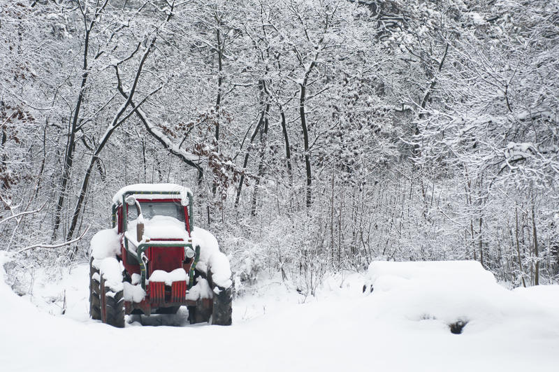 Ciągnik zakrywający śniegiem obrazy stock