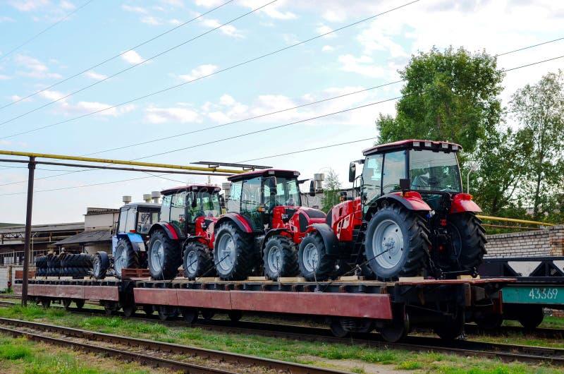 Ciągniki rolnicze załadowane pociągiem towarowym Przywóz/wywóz sprzętu rolnego i rolniczego zdjęcie royalty free