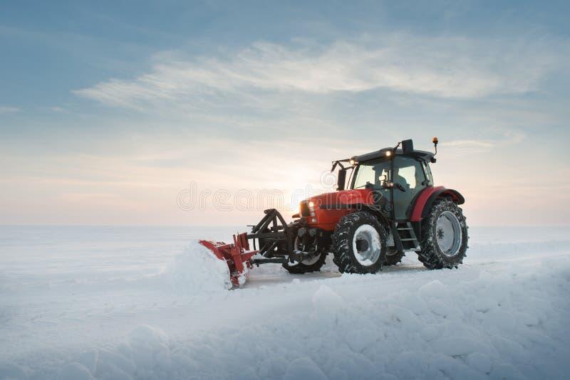 Ciągnikowy cleaning śnieg fotografia royalty free
