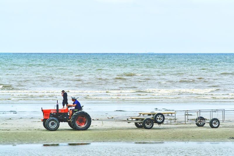 Ciągnikowy jeżdżenie na plaży obraz stock
