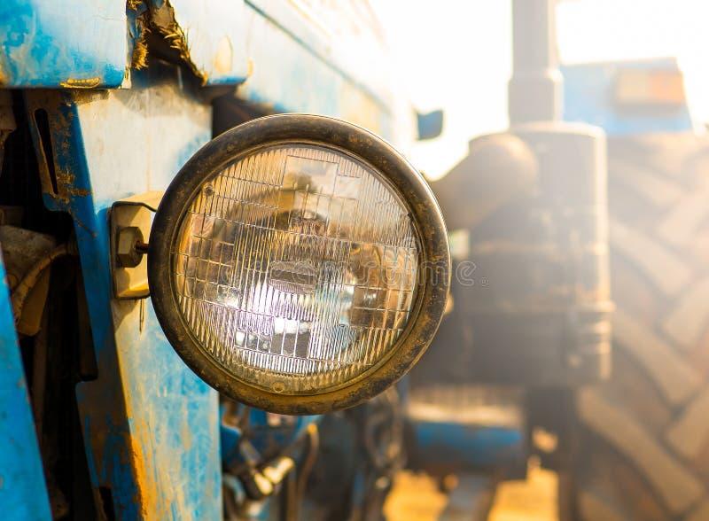 Ciągnikowy reflektor z ścinek ścieżką, okrąg pieczętował belkowatego reflektor fotografia stock