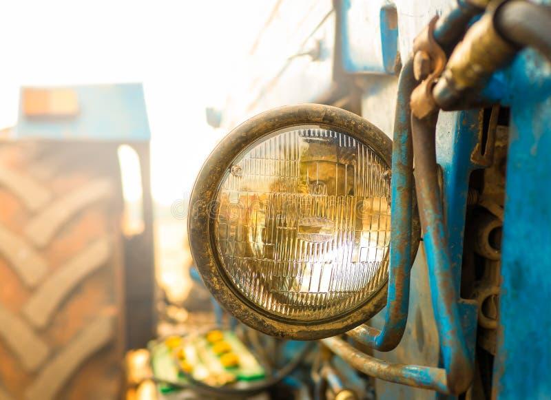 Ciągnikowy reflektor z ścinek ścieżką, okrąg pieczętował belkowatego reflektor fotografia royalty free
