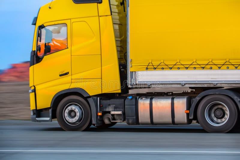Ciężarówka iść na autostradzie obraz stock