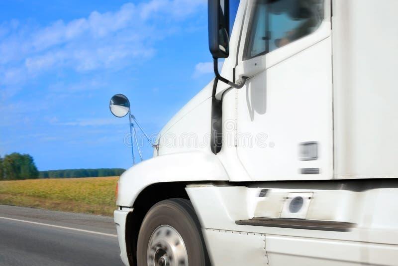 Ciężarówka iść na kraj autostradzie obraz royalty free