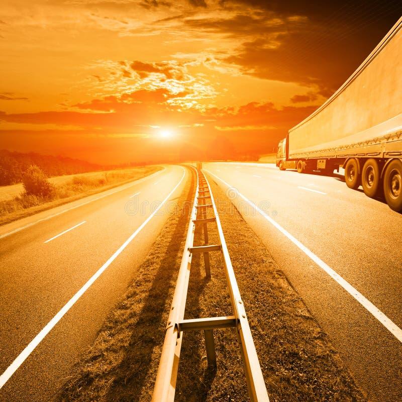 ciężarówka na autostradzie przez lat poly zdjęcia royalty free