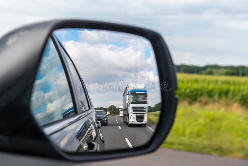 ciężarówka odbijająca w samochodowym lustrze obrazy stock