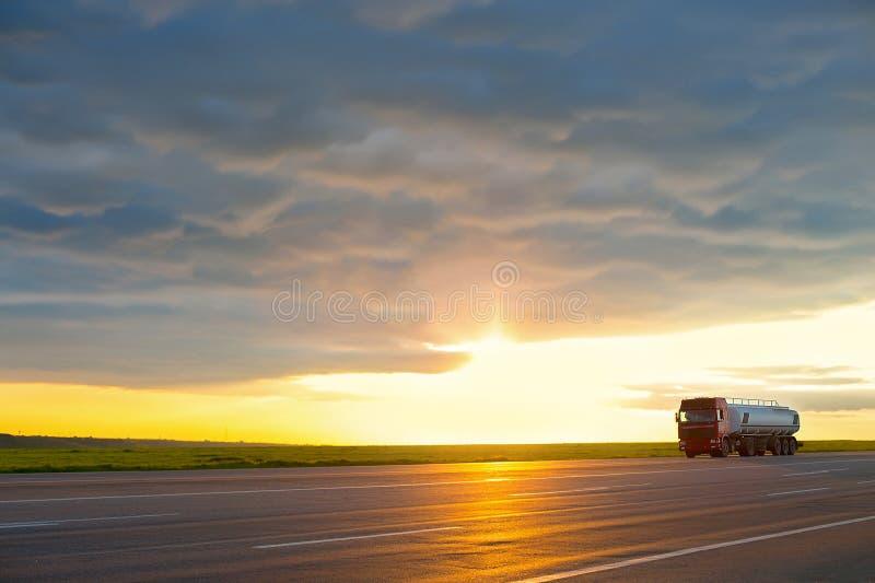 Ciężarówka poruszająca na szybkościowej autostradzie przy zmierzchem obrazy royalty free