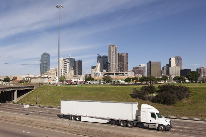 Ciężarówka przed Dallas śródmieściem obraz royalty free