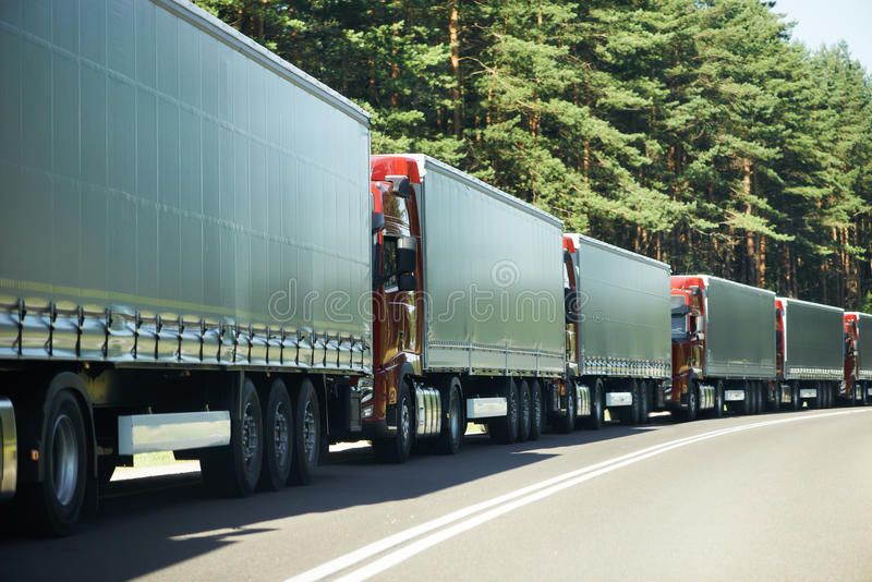 Ciężarówka przewozi samochodem w ruch drogowy dżemu fotografia stock