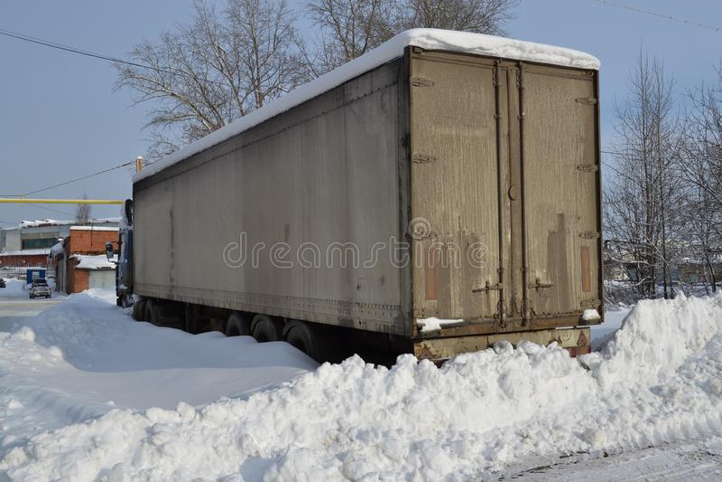 ciężarówka Refraktor Śmiecący z śniegiem Śnieżni dryfy, unpeeled drogi Nieprzejezdni śniegów dryfy zdjęcia royalty free