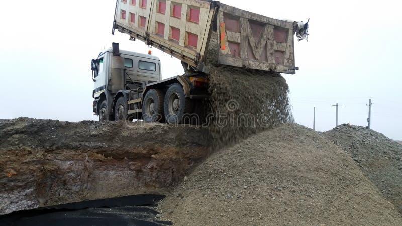 Ciężarówka rozładowywa żwir obraz stock