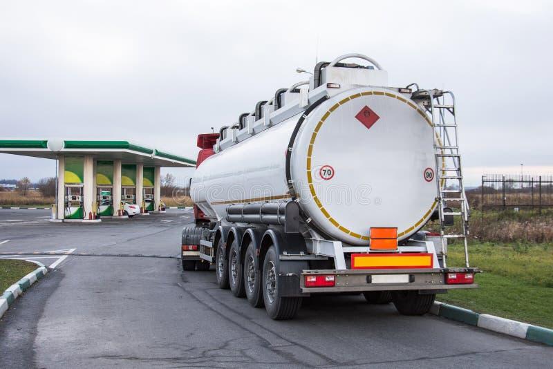 Ciężarówka z benzyna zbiornika paliwem przed rozładowywać przy benzynową stacją zdjęcie stock