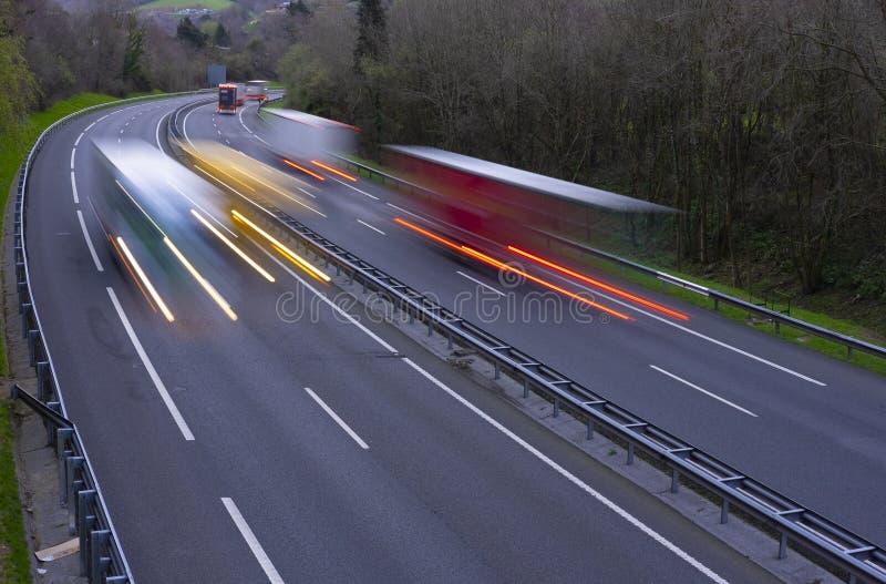 Ciężarówka zaświeca przy nocą, pojazdu ruch drogowy na autostradzie, zdjęcie stock
