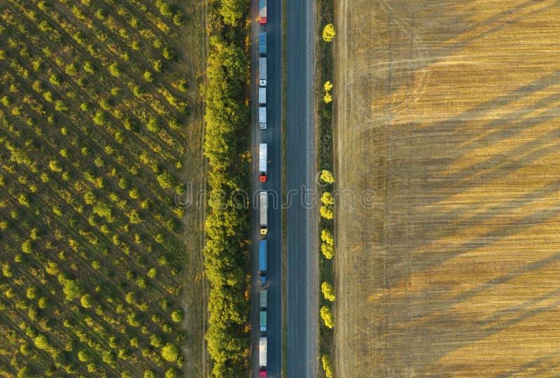 Ciężarówki jedzie przez wsi Widok z lotu ptaka od trutnia Ładunku jeżdżenie fotografia stock