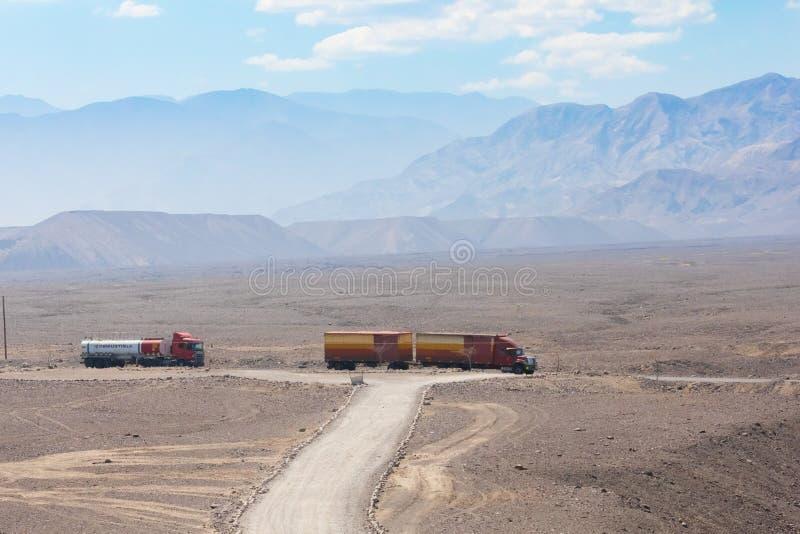 Ciężarówki na niecka amerykaninie dezerterują drogowego Nazca fotografia stock