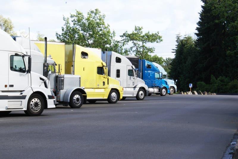 Ciężarówki przy spoczynkowym terenem. fotografia stock