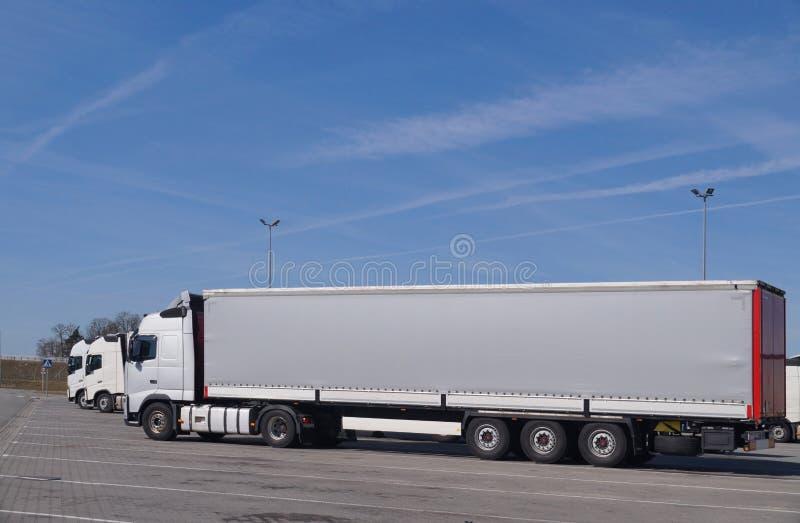 Ciężarówki w parking Widok wszystkie samochody od strony fotografia royalty free