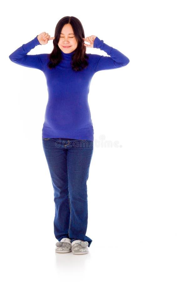Ciężarna azjatykcia kobieta odizolowywająca na bielu pluging ona fotografia stock