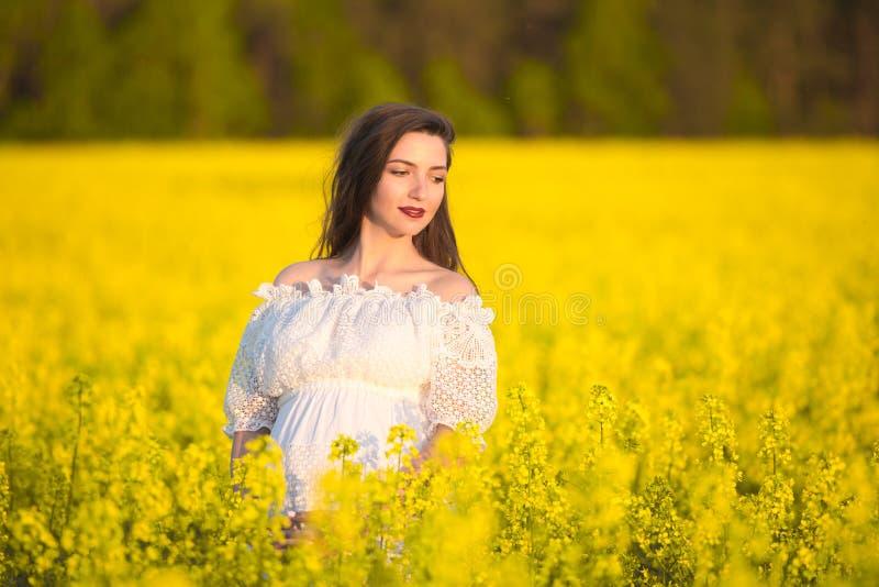Ciężarna dziewczyna w białej sukni Plenerowy naturalny portret piękna kobieta w ciąży w białej sukni kosmos kopii Miejsce dla obraz stock