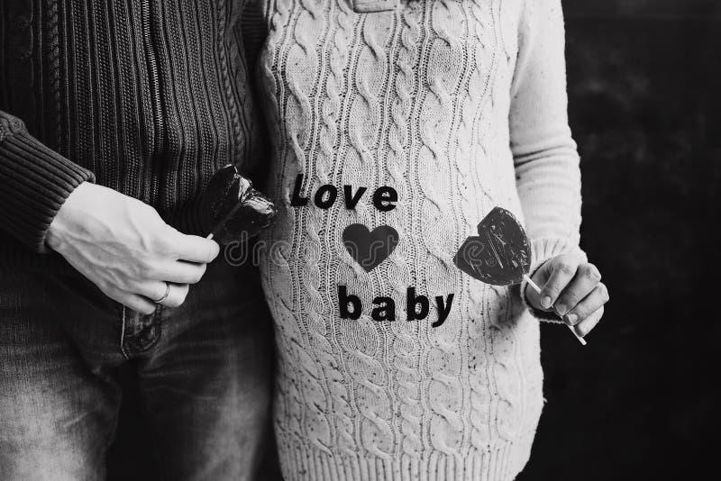 ciężarna mąż żona Mężczyzna wzruszający brzuch kobieta w ciąży Rodzinny pary czekanie dla dziecka obrazy stock