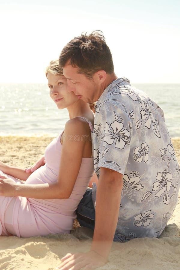 Ciężarna para w miłości na plaży fotografia royalty free
