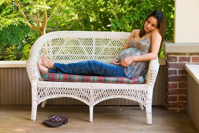 ciężarna relaksująca kobieta fotografia royalty free