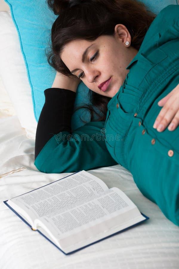 Ciężarnej Macierzystej biblii nauki Dewocyjny czas zdjęcie royalty free
