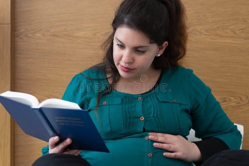 Ciężarnej Macierzystej biblii nauki Dewocyjny czas obrazy royalty free
