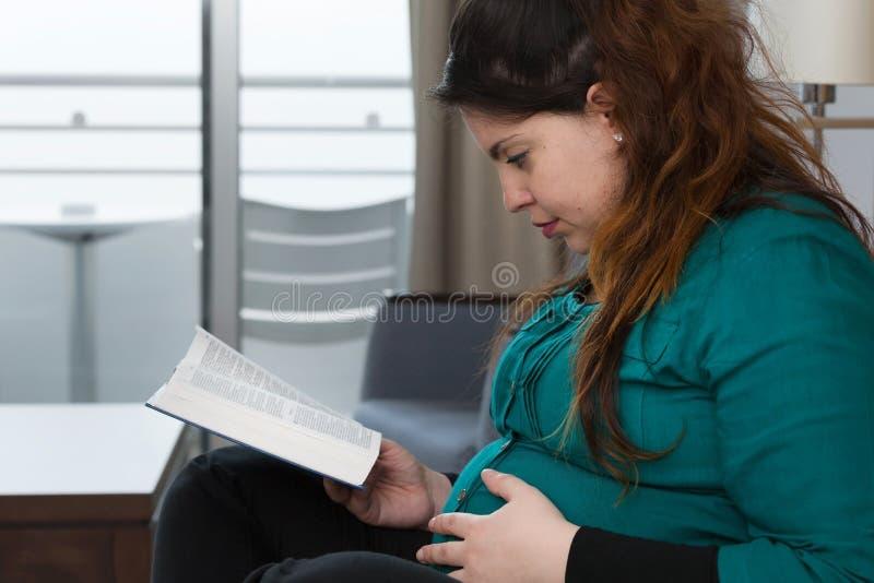 Ciężarnej Macierzystej biblii nauki Dewocyjny czas fotografia royalty free