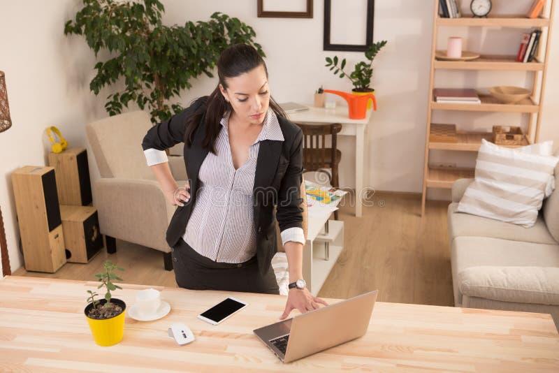 Ciężarny biznesowej kobiety działanie obrazy royalty free