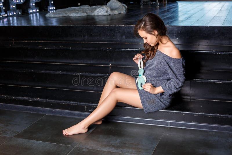 Ciężarny dziewczyny obsiadanie pozuje pojęcie zdrowy macierzyństwo zdjęcia stock