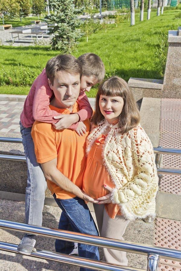 Ciężarny matki i syna obwieszenie na ojcu obrazy royalty free