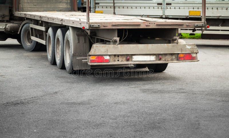 Ciężarowa ładunek przyczepa na asfaltowej drodze zdjęcia royalty free