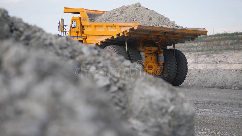 Ciężarowa napędowa kariera na drodze Usyp ciężarówka niesie kruszec minującą w otwartej jamie Ciężki ampuła transport w przemysle zdjęcie stock