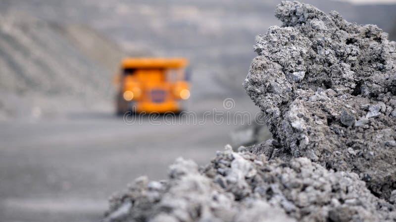Ciężarowa napędowa kariera na drodze Usyp ciężarówka niesie kruszec minującą w otwartej jamie Ciężki ampuła transport w przemysle zdjęcie royalty free