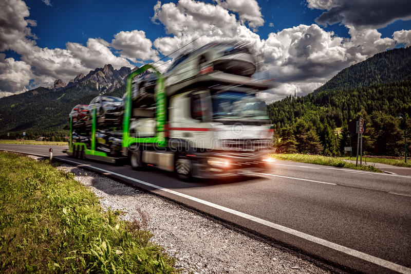Ciężarowa przyczepa odtransportowywa nowe samochód przejażdżki na autostradzie zdjęcia stock