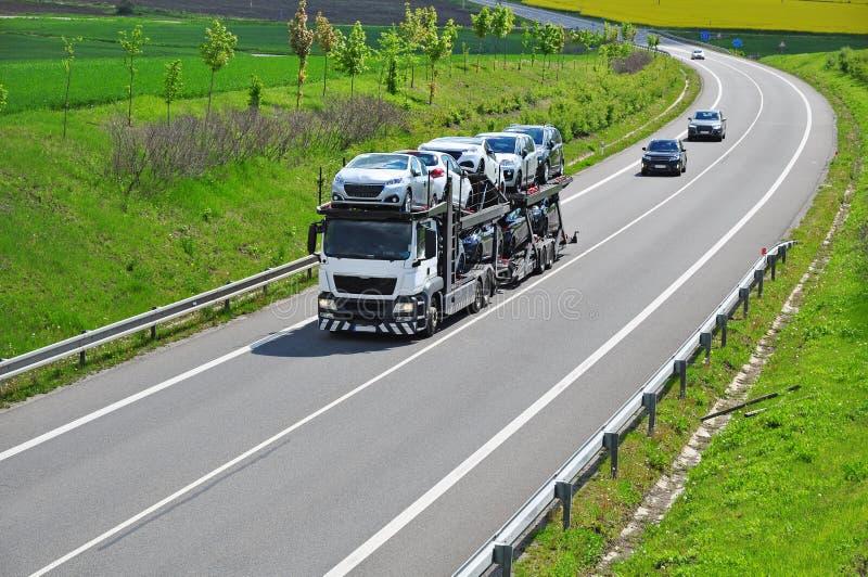 Ciężarowi przewiezeni samochody zdjęcia royalty free